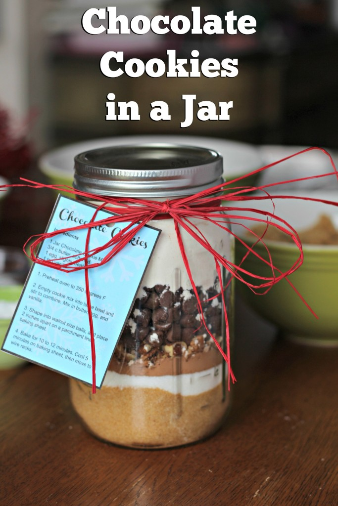 Instructions for 2 different gifts in jars, one sweet, one savory. Chocolate Cookies in a Jar and Easy Chili in a Jar plus printable instruction tags for both! ad #FamilyPizzaCombo
